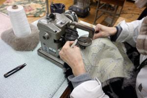 日本で唯一のムートンメンテナンス工場の職人がお客様のムートンを検品から仕上げまで丁寧に行い、新品に近い状態にお戻し致します。